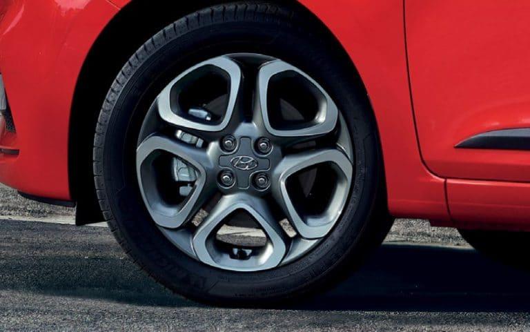 דגם יונדאי i20 בצבע אדום גלגלים