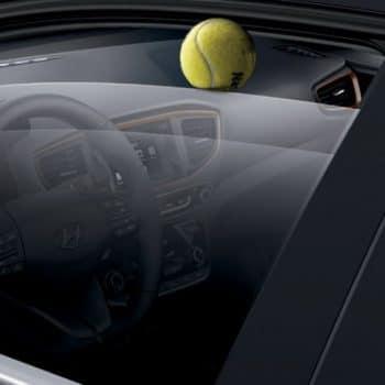 דגם יונדאי איוניק עם כדור טניס בשמשה
