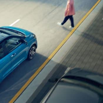 דגם יונדאי i10 חדשה כחול על הכביש