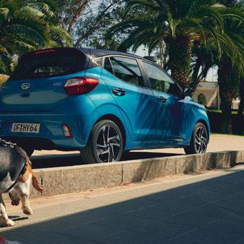 דגם יונדאי i10 חדשה כחול בנסיעה