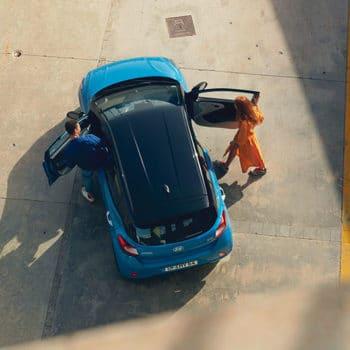 דגם יונדאי i10 חדשה כחול עם גג שחור