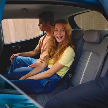דגם יונדאי i10 חדשה כחול עם זוג מאחור