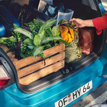 דגם יונדאי i10 חדשה כחול עם תא מטען פתוח עם קניות