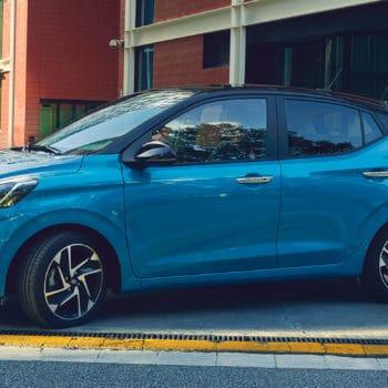 דגם יונדאי i10 חדשה כחול בחנייה