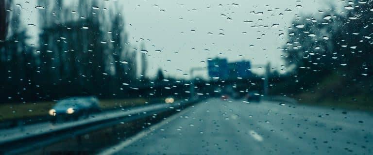 שמשה עם טיפות גשם ביקורת חורף במוסך יונדאי
