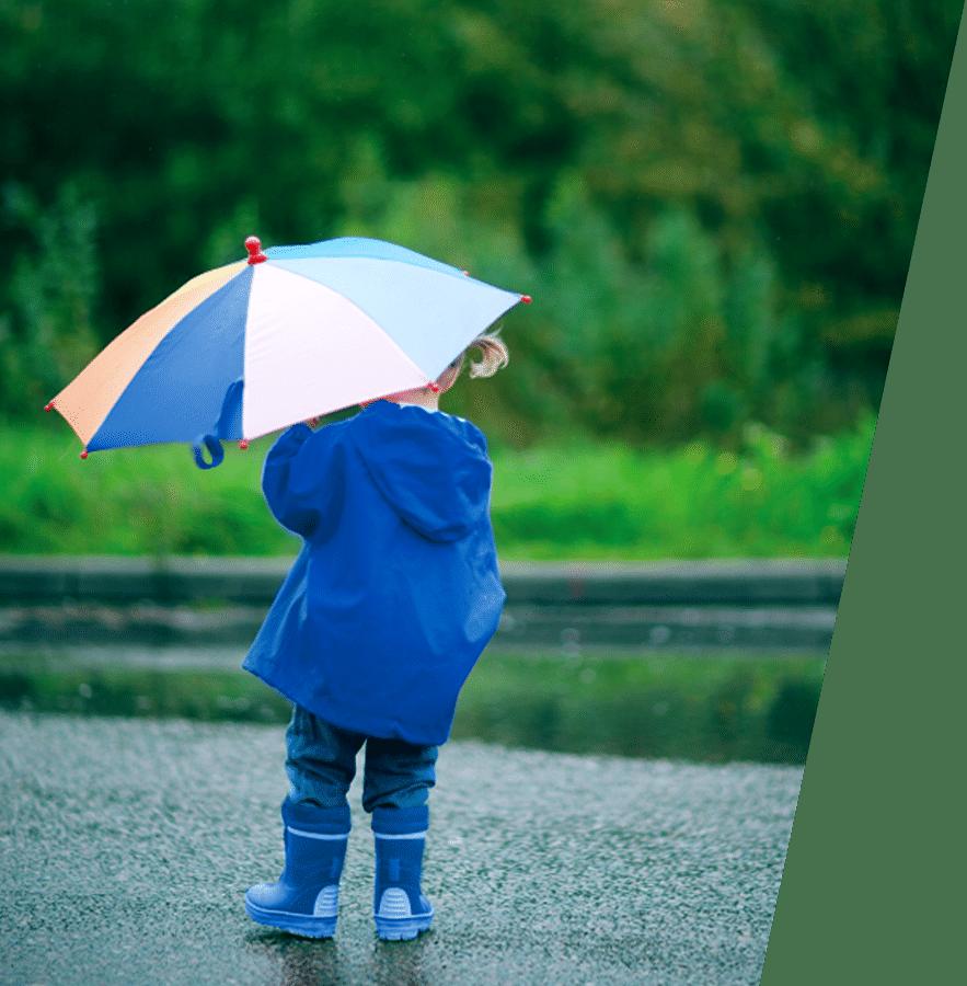 ילדה עם מטריה כחולה ביקןרת חורף במוסך יונדאי