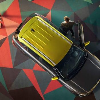דגם יונדאי וניו מלמעלה עם גג צהוב